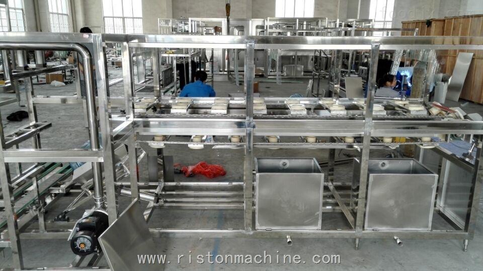 桶装水设备工厂 一、项目简介 本项目包括: 五加仑桶 输送系统 自动拔盖机 自动内刷机 自动外刷桶机 自动上桶系统 清洗消毒 全自动灌装 自动理盖、戴盖、封盖系统 灯检 热收缩机 提桶机 成品输送。 额定产量:600桶/小时(5加仑/18.9L) 产 品:桶装饮用水 设备型号:5加仑桶(Φ270×490×Φ56mm) 最大装灌装容积:5加仑/18.
