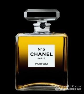 香奈儿5号香水瓶的简单的包装设计使其在众多华美的