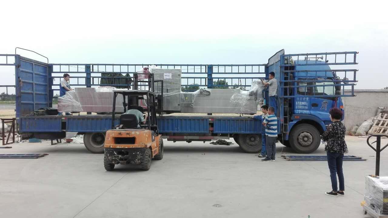 今天發兩臺拉伸膜真空包裝機到福州